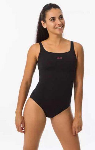 Jednoczęściowy sportowy kostium kąpielowy o wysokiej jakości wykonania, podkreślający biust.